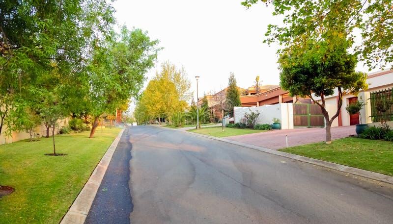 Vizinhança suburbana rica de luxo de Joanesburgo imagem de stock royalty free