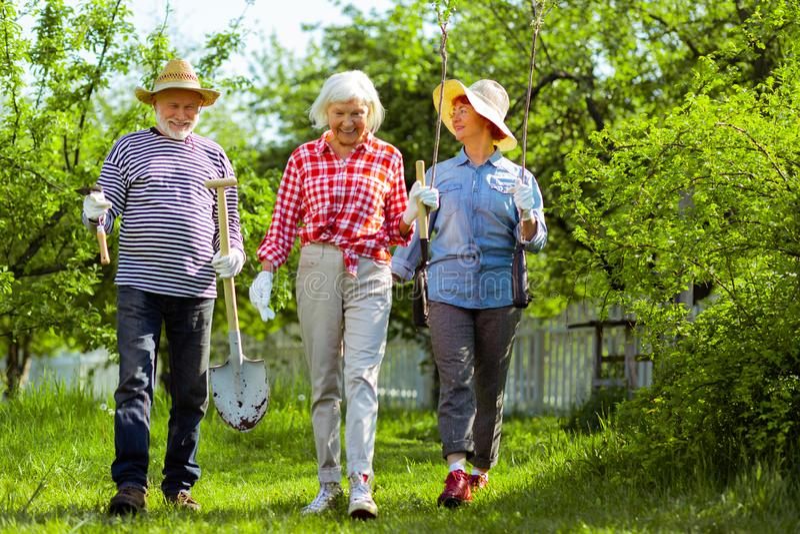 Vizinhos ativos e positivos que sentem prontos para plantar árvores fotografia de stock royalty free