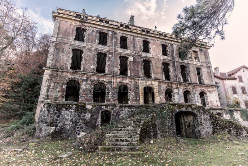Vizzavona的遗弃旅馆在可西嘉岛 免版税库存照片