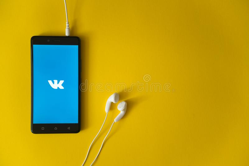 Vkontakteembleem op het smartphonescherm op gele achtergrond royalty-vrije stock foto's