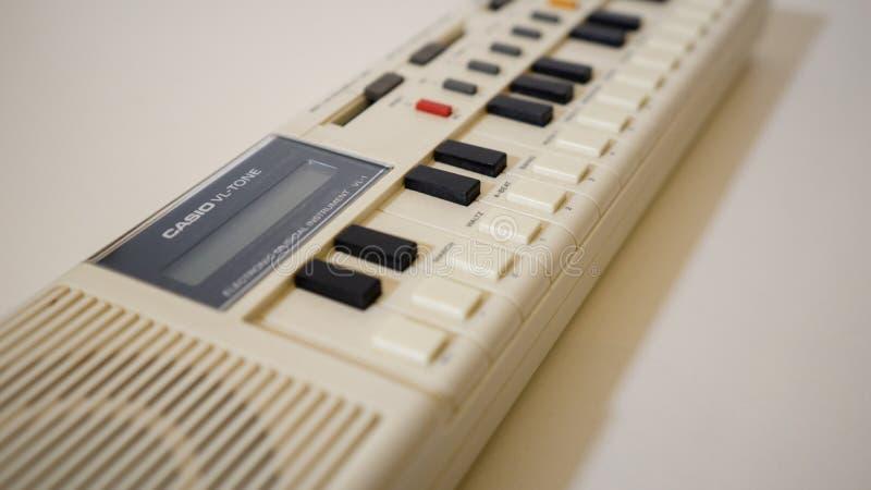 VL-tom de Casio, opinião de perspectiva eletrônica retro, velha do teclado do sintetizador fotos de stock