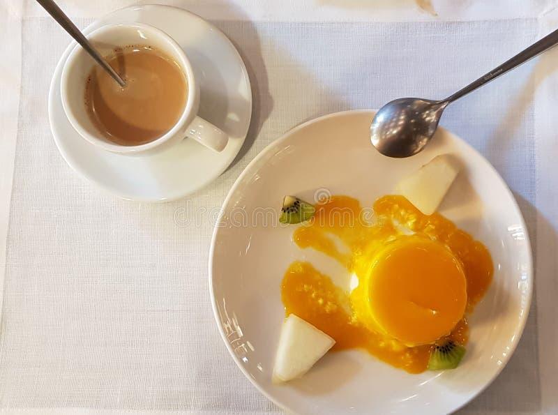Vlaaikaas en koffie met melk royalty-vrije stock afbeeldingen