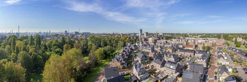 Vlaardingen, Nederländerna - september 2019: Panoramisk syn på staden Vlaardingen från det gamla vattentornet i Buitenplaats royaltyfri fotografi