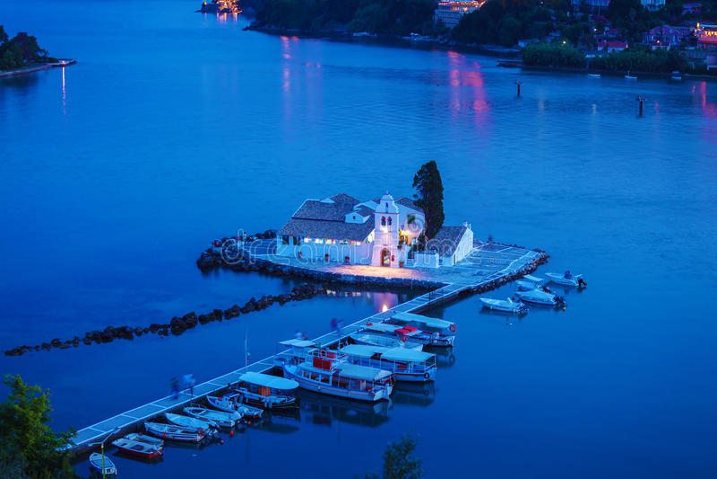 Vlacherna修道院和Pontikonisi海岛,坎市晚上场面  库存图片