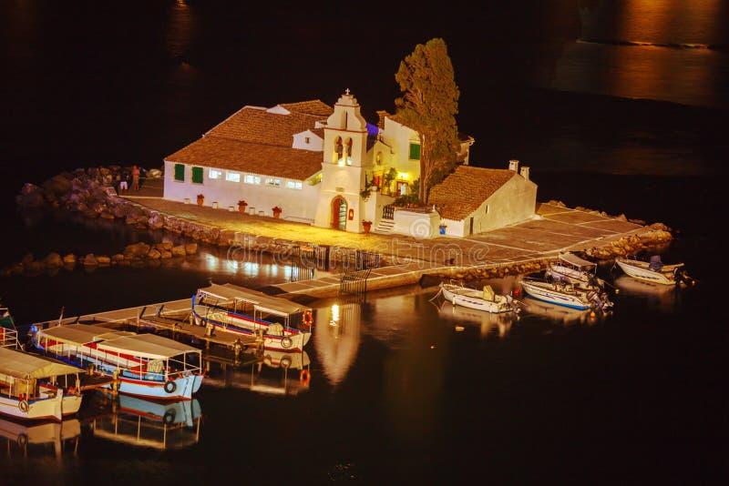 Vlacherna修道院和Pontikonisi海岛,坎市晚上场面  图库摄影