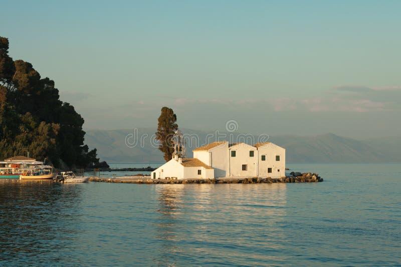 Vlacherna修道院在Kanoni小山附近的科孚岛海岛在日落期间 库存图片