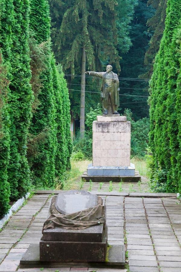 Vladimir Lenin-monument nu onbestaand in een park in Nemyriv, de Oekraïne stock afbeeldingen