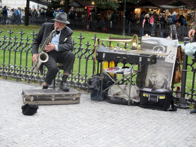 Vladimir Pinta musiker i den gamla stadfyrkanten i den Prague Tjeckien Europa arkivfoton