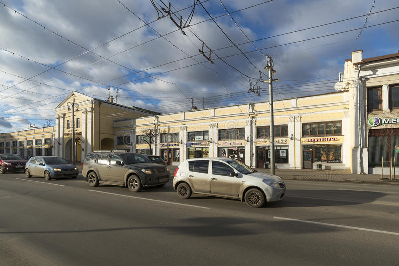 VLADIMIR, RÚSSIA -05 11 2015 Arcada na rua de Bolshaya Moskovskaya - baixa histórica da compra foto de stock royalty free