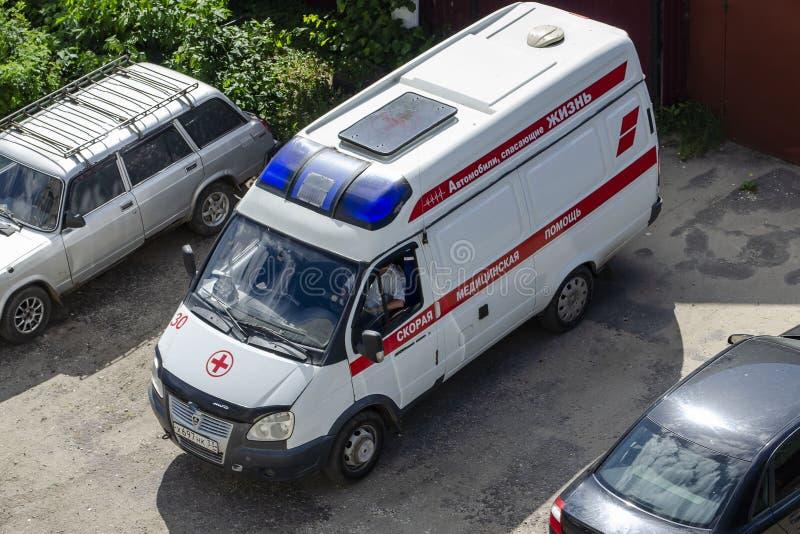 Vladimir, Rússia 19 de junho de 2019 Vladimir, st Balakireva 28 que uma ambulância está na jarda, editorial foto de stock royalty free