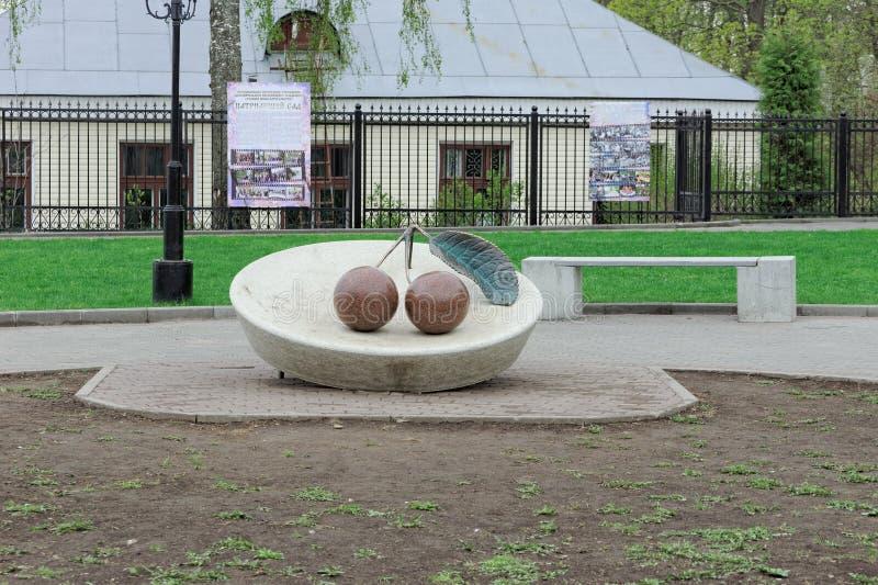 Vladimir, Rússia - 6 de maio 2018 Monumento à cereja de Vladimir na plataforma de observação do monte de Spassky fotos de stock