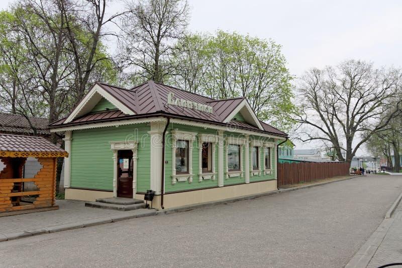 Vladimir, Rússia - 6 de maio 2018 Panquecas do café na rua 6B de Spasskaya fotografia de stock royalty free