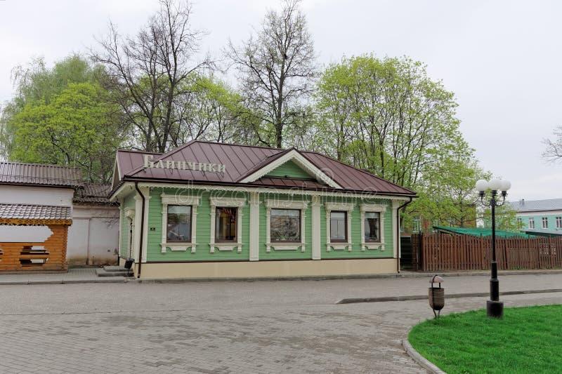 Vladimir, Rússia - 6 de maio 2018 Panquecas do café na rua 6B de Spasskaya imagens de stock