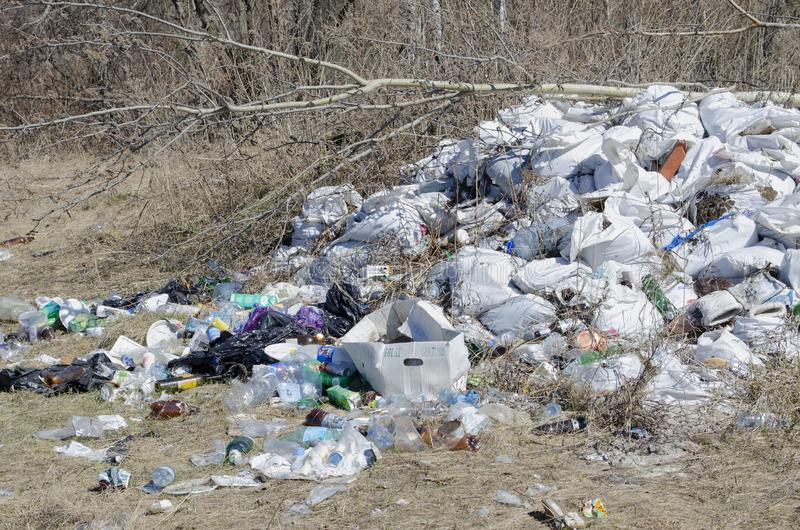 Vladimir, Rússia região de Vladimir do 18 de abril de 2019, despejo ilegal do distrito de Sudogodsky do lixo na borda da floresta foto de stock royalty free