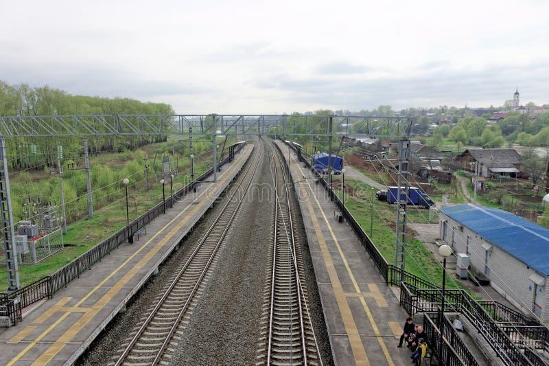 Vladimir region, Ryssland - Maj 06 2018 Foto från höjden ovanför järnvägsspåren i stationen Bogolyubovo royaltyfri foto