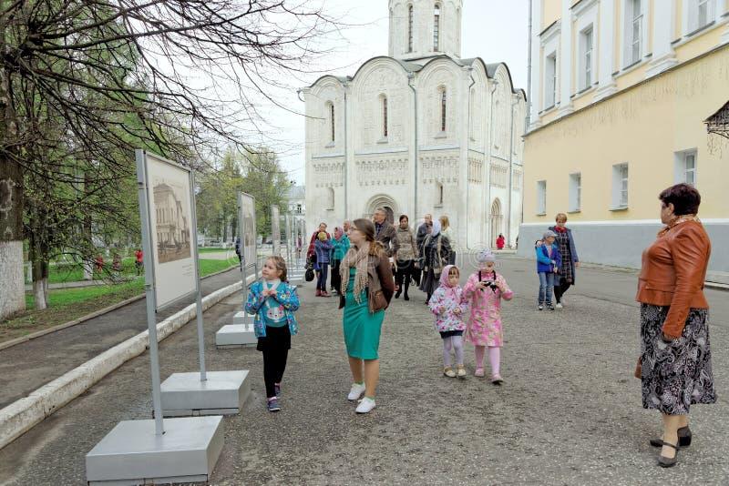 Vladimir, Rusia - 6 de mayo 2018 Los peregrinos de los turistas y sus niños caminan alrededor de la catedral santa de Dormition imágenes de archivo libres de regalías