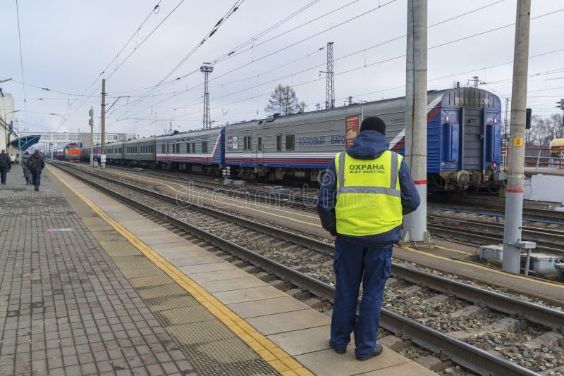 Vladimir, Russie - 11 novembre 2016 Commandez la sécurité à la station de train sur le fond de la voiture postale photographie stock