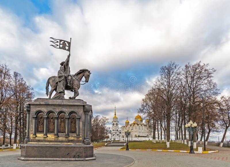 Vladimir, Russland - 5. November 2015 Das Monument zu St.-Prinzen Vladimir und Fedor vor dem hintergrund der Annahme-Kathedrale lizenzfreie stockbilder