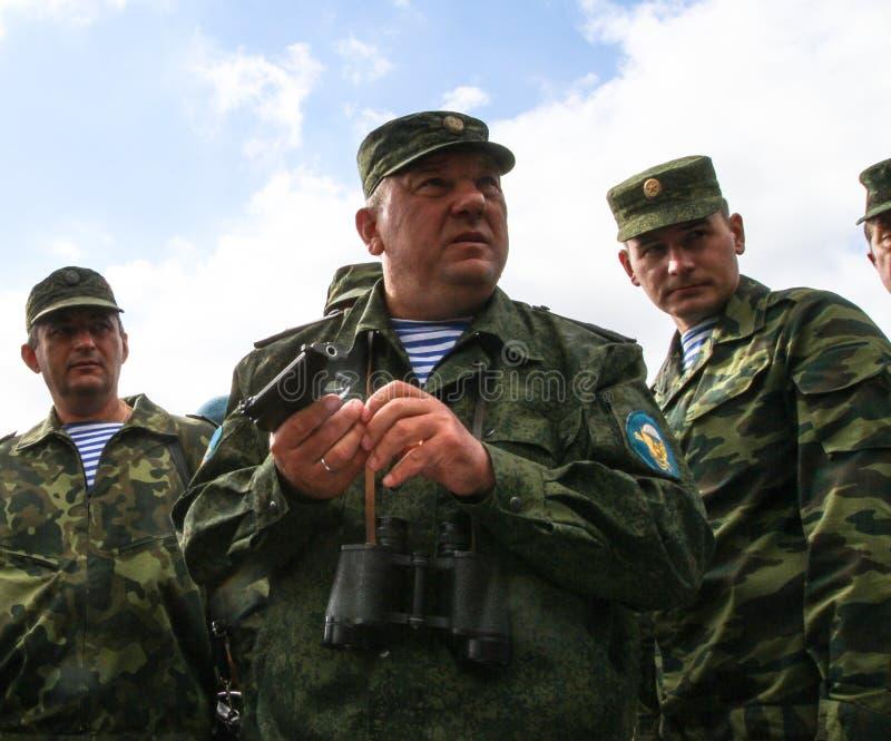Vladimir Shamanov (c) (tropas transportadas por via aérea do comandante-chefe Russo) durante exercícios de cargo de comando com 9 fotos de stock royalty free