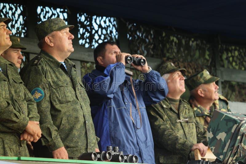Vladimir Shamanov (l) (comandante - dentro - truppe disperse nell'aria russe principali) durante gli esercizi del posto di comand immagine stock libera da diritti