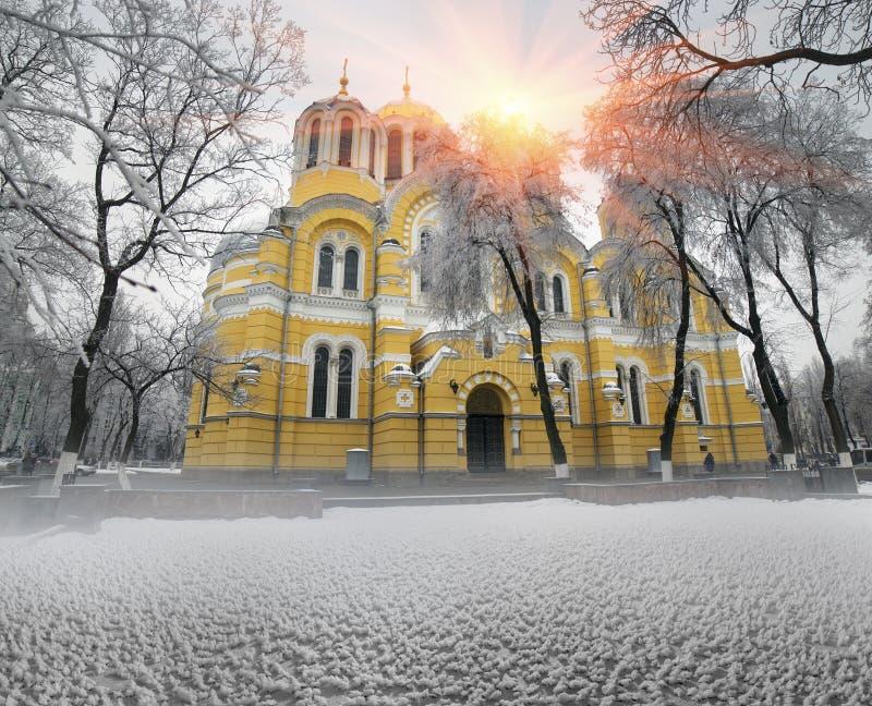 Vladimirskiy i vintertempel fotografering för bildbyråer