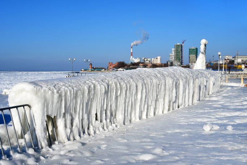 Vladivostok Amur fjärd, pittoresk isför mycket på promenad över stranden Yubileyny arkivbild