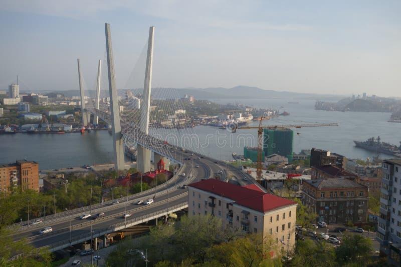 vladivostok Guld- bro över den Zolotoy Rog fjärden royaltyfria foton