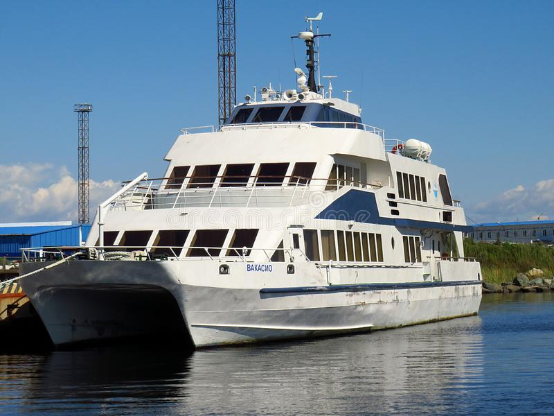 Vladivostok, kray Primorsky/Rusland - September 8 2018: Catamaran Vakasio in Jitkova-baai van Russky-Eiland dichtbij Primorsk wor royalty-vrije stock afbeeldingen