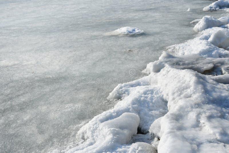 Vladivostok Patrokl fjärd i vintern Gränsen av dentäckte stranden och den lilla dyen i vattnet arkivbild