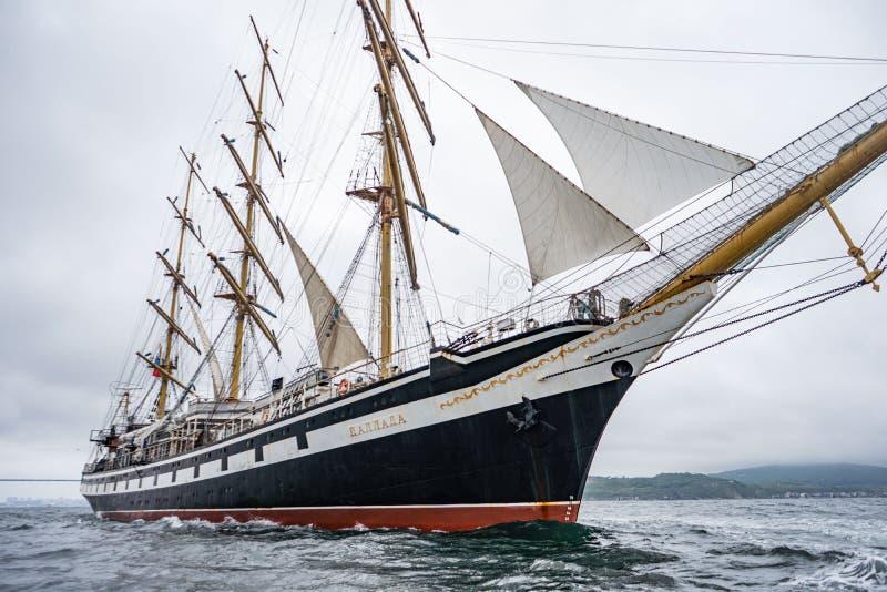 Vladivostok, Primorsky Krai Rusland 17 juni, 2019: varend schip Pallada in de haven van Vladivostok stock afbeelding