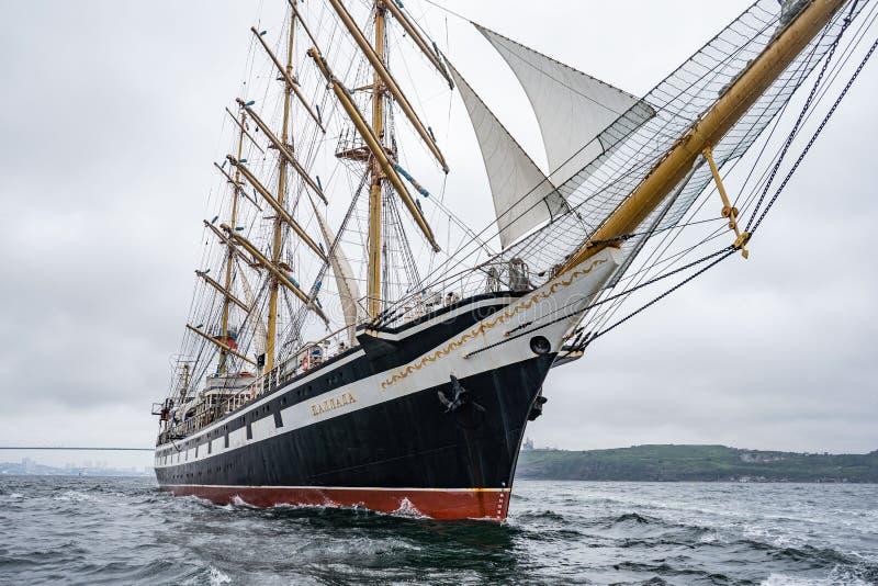 Vladivostok, Primorsky Krai Rusland 17 juni, 2019: varend schip Pallada in de haven van Vladivostok royalty-vrije stock fotografie