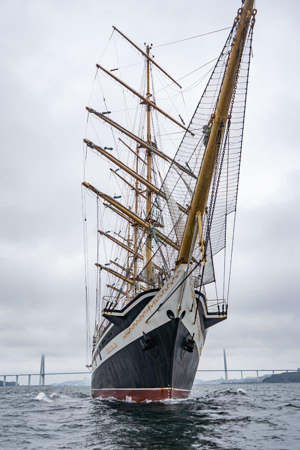 Vladivostok, Primorsky Krai Rusland 17 juni, 2019: varend schip Pallada in de haven van Vladivostok royalty-vrije stock foto's