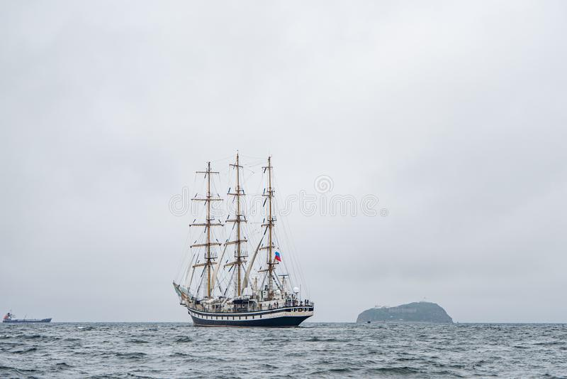 Vladivostok, Primorsky Krai Rusland 17 juni, 2019: varend schip Pallada in de haven van Vladivostok royalty-vrije stock afbeelding