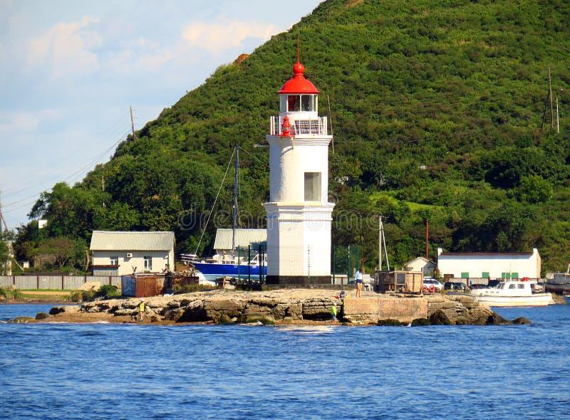 Vladivostok, Primorsky kray, Rosja, Wrzesień/- 8 2018: Tokarevsky latarnia morska w portowym Vladivostok w słonecznego dnia zbliż zdjęcia stock