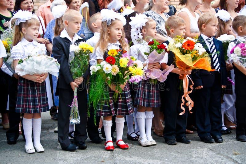 VLADIVOSTOK, RÚSSIA-31 DE AGOSTO DE 2010 Classmates 1º de setembro De volta à escola linha festiva fotografia de stock
