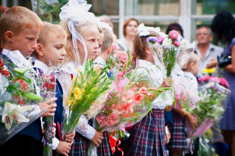 VLADIVOSTOK, RÚSSIA-31 DE AGOSTO DE 2010 Classmates 1º de setembro De volta à escola linha festiva foto de stock