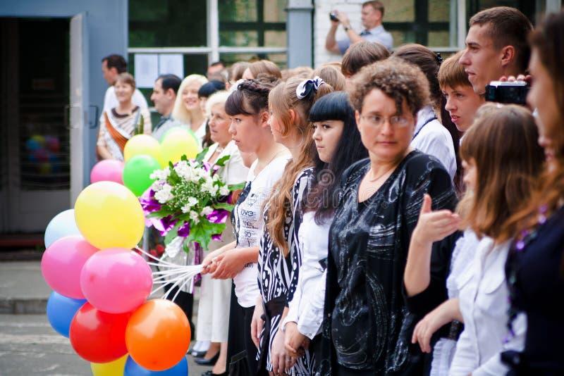 VLADIVOSTOK, RÚSSIA-31 DE AGOSTO DE 2010 Classmates 1º de setembro De volta à escola linha festiva imagem de stock