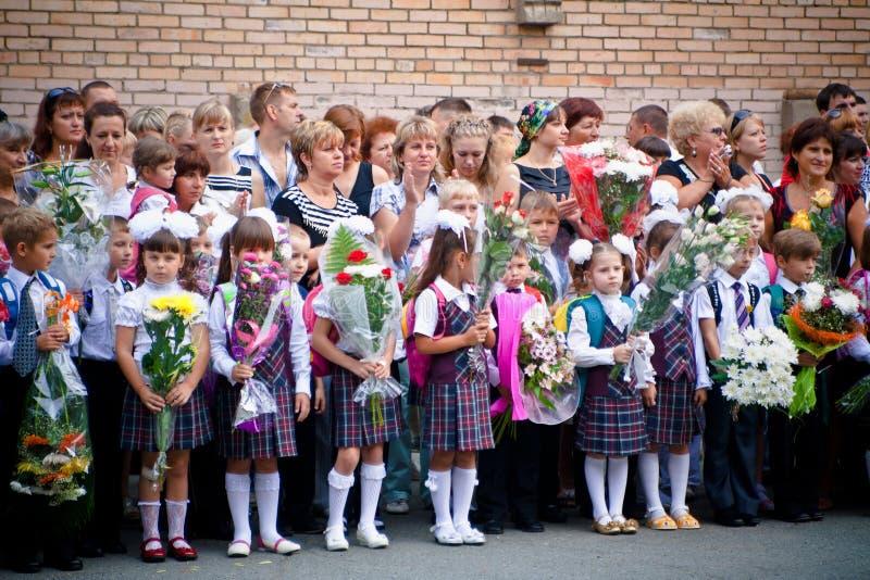 VLADIVOSTOK, RÚSSIA-31 DE AGOSTO DE 2010 Classmates 1º de setembro De volta à escola linha festiva imagens de stock