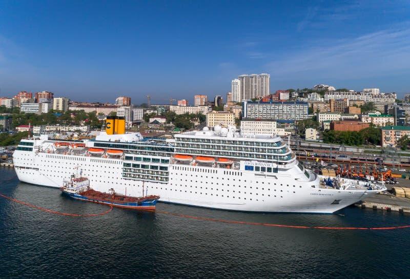 Vladivostok, Rússia - 30 de maio de 2017: Os depósitos do petroleiro de Atlant o navio de cruzeiros Costa NeoRomantica no cais em imagens de stock royalty free