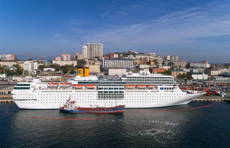 Vladivostok, Rússia - 30 de maio de 2017: Os depósitos do petroleiro de Atlant o navio de cruzeiros Costa NeoRomantica no cais em fotos de stock