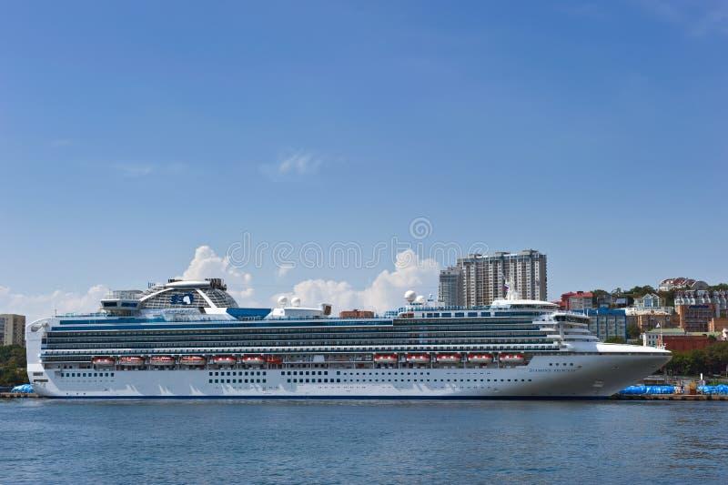 VLADIVOSTOK, RÚSSIA - 2 DE SETEMBRO DE 2015: Cruiseship Diamond Princess no cais sobre em Vladivostok, Rússia imagem de stock royalty free