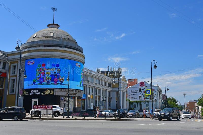 Vladivostok, R?ssia, agosto, 01, 2018 Shopping 'Rodina 'na interseção de ruas de Semyonovskaya e de Aleutskaya em Vla fotos de stock