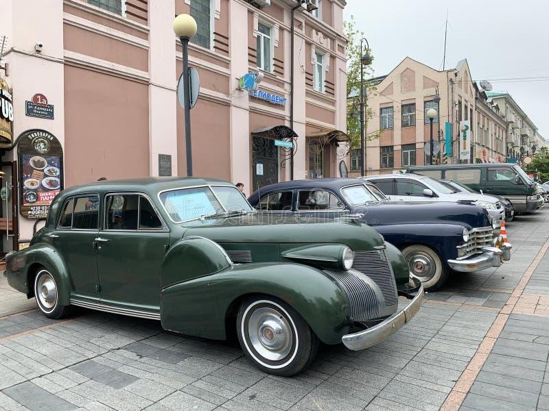 Vladivostok, R?ssia, maio, 18, 2019 Exposi??o de retro-carros americanos Série 60 de Cadillac 1939 anos e séries de Cadillac 62 1 imagem de stock royalty free