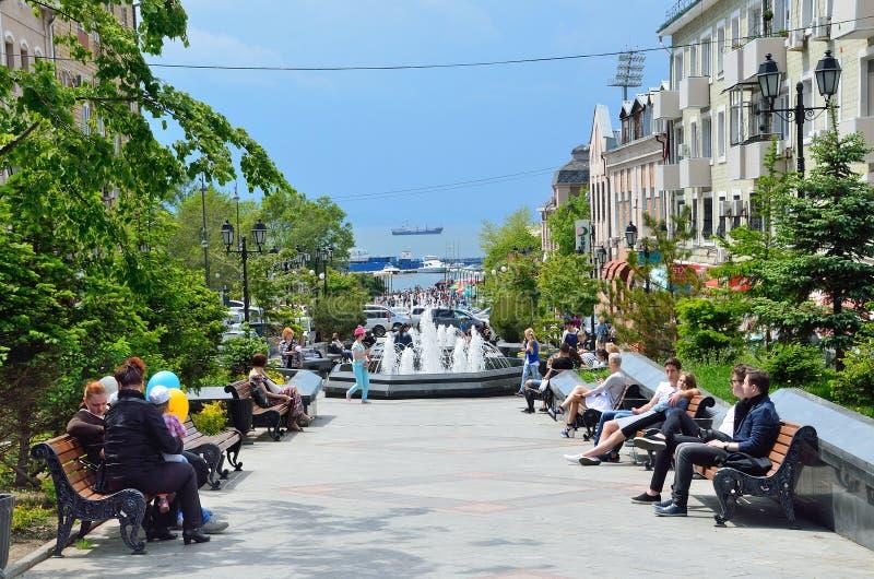 Vladivostok, Rosja, Czerwiec, 01, 2016 Ludzie chodzi na ulicie Admiral Fokin obraz royalty free