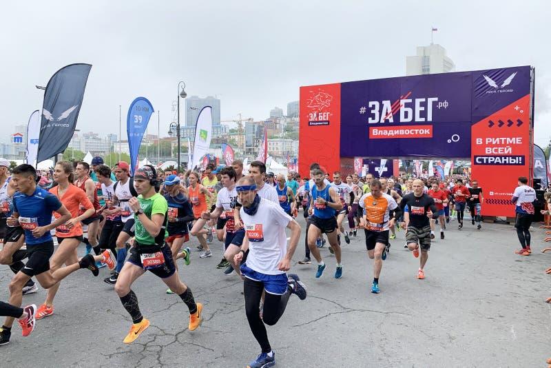 Vladivostok, Rosja, Maj, 19, 2019 Ludzie uczestniczą w rosjanina przyrodnim maratonie «rasa Federacja Rosyjska «w Vladivostok zdjęcia stock