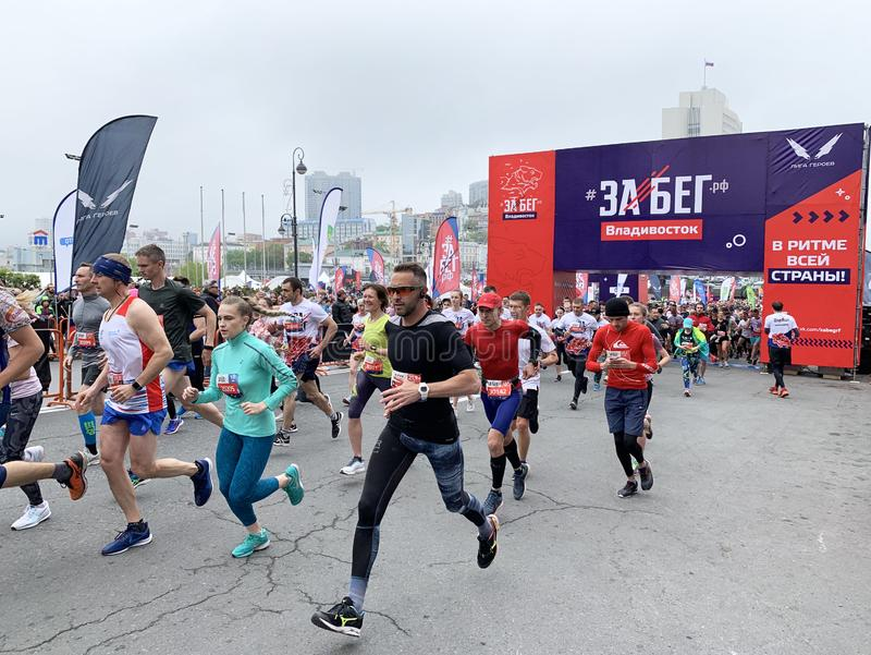 Vladivostok, Rosja, Maj, 19, 2019 Ludzie uczestnicz? w rosjanina przyrodnim maratonie ?rasa Federacja Rosyjska ?w Vladivostok obrazy stock