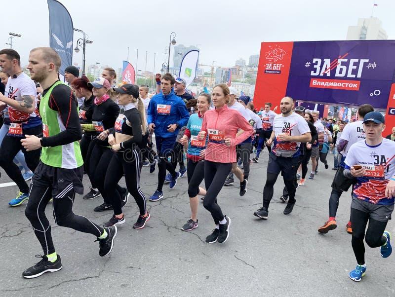 Vladivostok, Rosja, Maj, 19, 2019 Ludzie uczestnicz? w rosjanina przyrodnim maratonie ?rasa Federacja Rosyjska ?w Vladivostok obraz royalty free