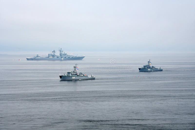 Vladivostok, Rusia, julio, 29,2018 Día ruso de la marina de guerra, el desfile de naves Proyecto bajo 1265 del orf del dragamina imágenes de archivo libres de regalías