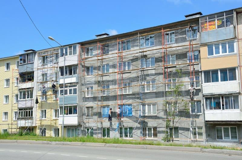 Vladivostok, Rusia, junio, 01, 2016 Trabajo de la reparación y de la restauración de un edificio típico de cinco pisos imagenes de archivo