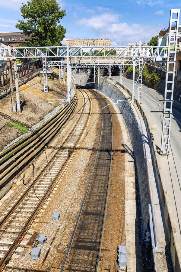 Vladivostok, Rusia, 09/20/2017: Pistas ferroviarias en el centro de ciudad Visi?n desde arriba Primer fotos de archivo libres de regalías